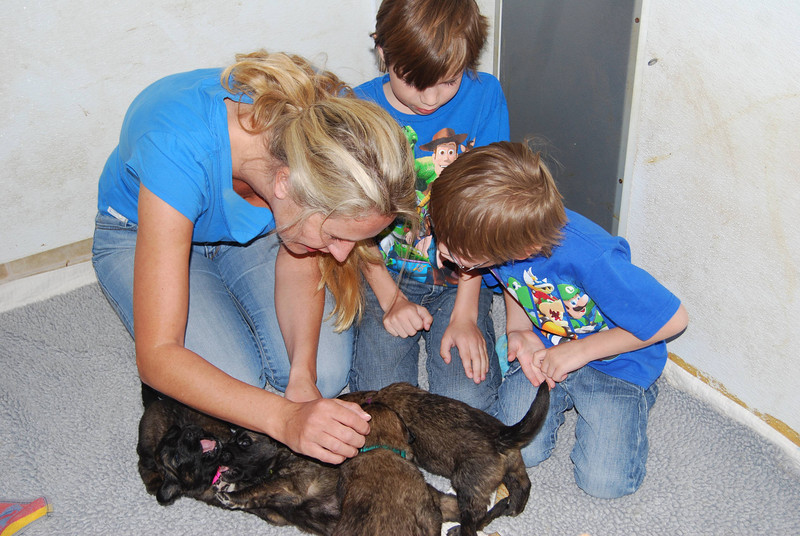 Lisette, Henny & their boys visiting puppies.