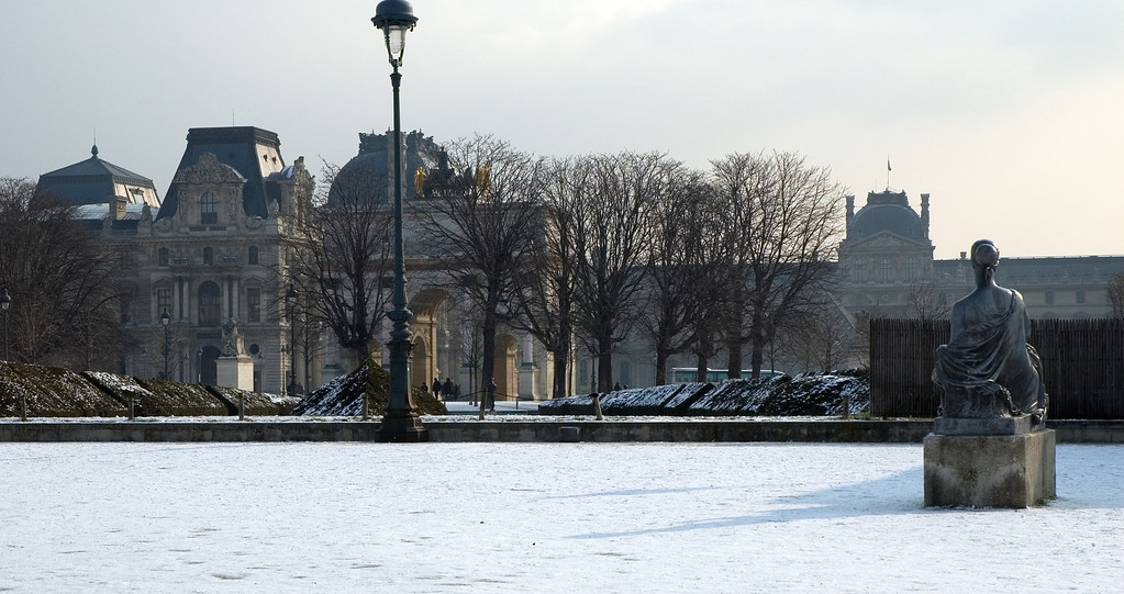 "Here you can see the louvre in the background. Unfortunately the ground of the louvre and the pyramids had already been ""cleaned"" so I could not get them under the snow."
