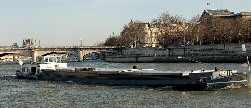 """A  <a href=""""http://fr.wikipedia.org/wiki/P%C3%A9niche"""">peniche</a> on the seine."""
