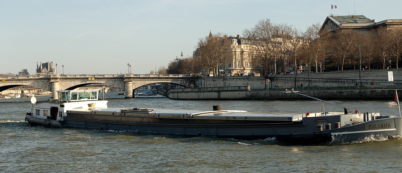 "A  <a href=""http://fr.wikipedia.org/wiki/P%C3%A9niche"">peniche</a> on the seine."