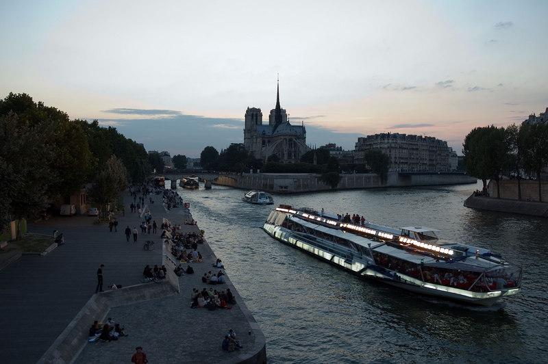 Notre dame et les bateaux mouches depuis le pont ste geneviève