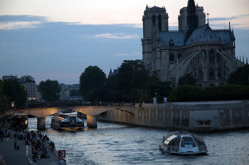 Notre dame et les bateaux mouches depuis le pont ste gennevive