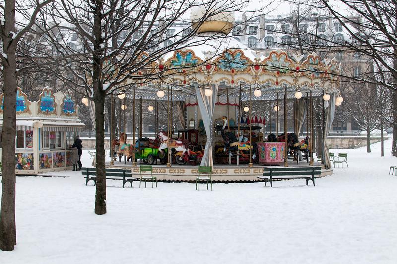Le carroussel des tuileries par un jour de neige.