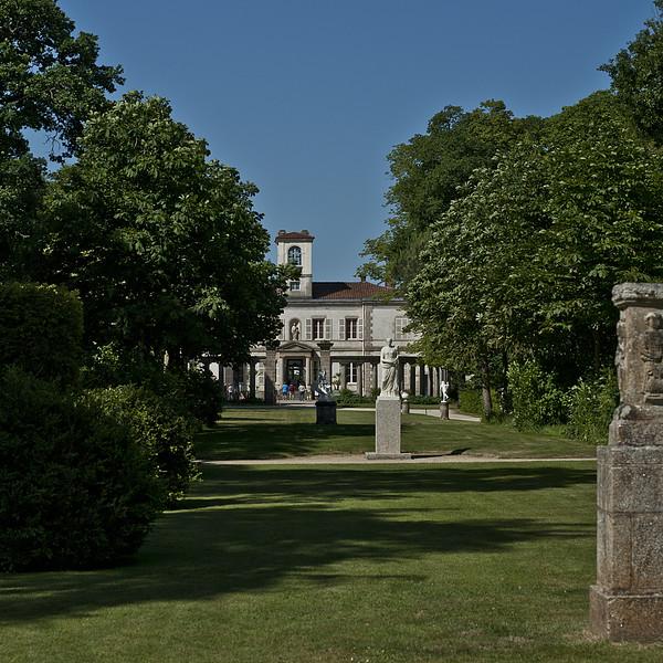 Acquis dans les premières années du XIXe siècle par le sculpteur François-Frédéric Lemot nostalgique de ses années de formation italienne, le domaine de la Garenne est aménagé en un vaste «jardin pittoresque» où s'élèvent, outre les fabriques, une villa néo-palladiennnéo-palladienne dite «Maison du Jardinier» ( 1811-1815) et une demeure néoclassique (1824). Dans l'inspiration des jardins XVIIIe siècle et de l'esthétique nouvelle développée par des artistes tel Hubert Robert, le jardin de la Garenne-Lemot n'apparaît plus comme le simple accompagnement de la maison, mais comme une œuvre à part entière : la nature y est complètement remodelée en un tableau idéal de la campagne romaine, qu'animent fabriques et statues antiquisantes. Aujourd'hui,la demeure néoclassique est un centre d'animation patrimoniale et présente régulièrement des expositions.