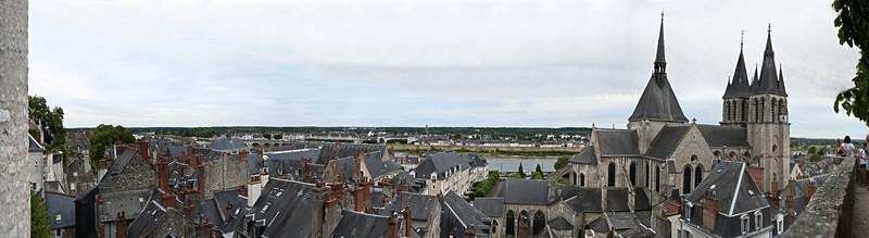 Vue du château sur l'église Saint Nicolas et la ville, la Loire à l'horizon