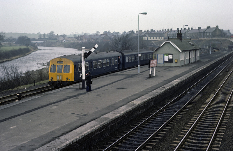 E50199 & ??, Haltwhistle, 28 February 1976 1     The class 101 is ready to depart for Alston. Photo by Les Tindall.