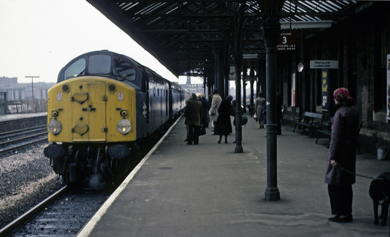 40054, Stalybridge, 27 March 1976    The 40 arrives with the 0610 Liverpool Lime Street - Newcastle.  The former D254 was withdrawn in 1977.   Photo by Les Tindall.