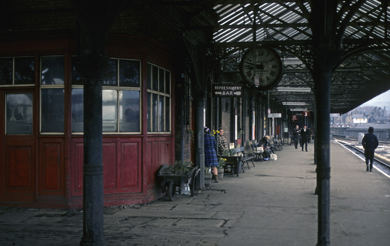 Stalybridge platform 3 looking east, 27 March 1976.  Photo by Les Tindall.