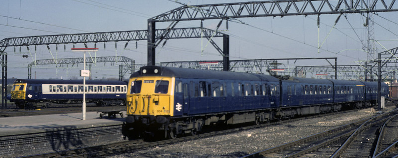 304018, Crewe, April 1981.  Arriving with a train from Manchester.  Photo by Les Tindall.