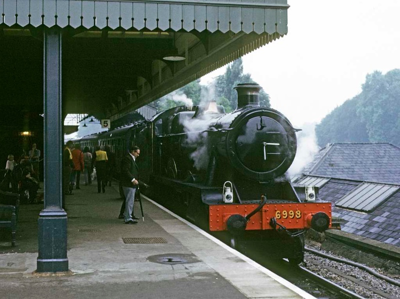 6998 Burton Agnes Hall, Maidenhead, Sun 15 July 1973.  Awaiting departure with the first shutlle of the day to Bourne End.  6106 was on the rear.  Photo by Les Tindall.
