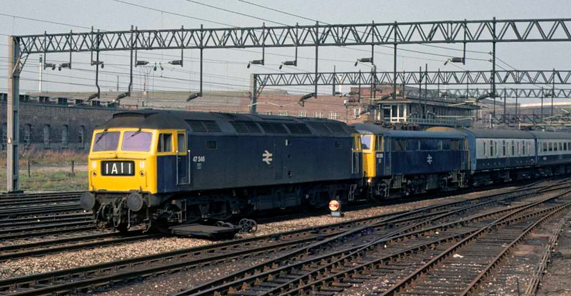 47346 & dead 86253, 1A11, Stafford, Sun 7 September 1975.  Arriving with the 0630 Heysham - Euston Ulster Express.   The 47 was scrapped in 1998, the 86 became 86901 and survives for spares in 2016. Photo by Les Tindall.