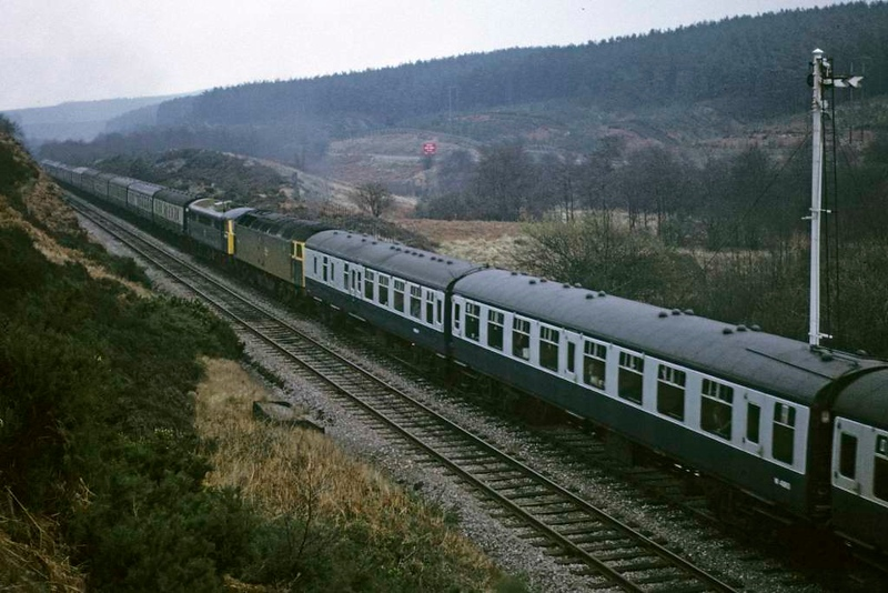 47506 & 86022, near Hednesford, Sat 23 February 1974.  The class 47 hauls its unidentifed diverted service and propels 1A28 - three dead locos and 21 coaches!  Two class 25s came on at Hednesford to assist as the trains were split.  Photo by Les Tindall.
