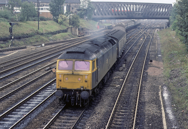47425, York, 2 October 1976    The 1048 Newcastle - King's Cross.  The 47 began life as D1533; it was withdrawn in 1994. Photo by Les Tindall.