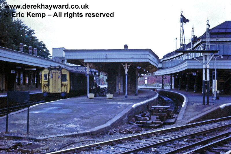 """By 27.09.1971 the double sided Platforms 4/5 at Lewes had been taken out of use.  The signal arms had been removed and the main line 'plain lined'. Some track remained within the platform area but debris formed a rudimentary buffer stop where the points used to be located.  Meanwhile 4-COR 3107, stands in Platform 6 bearing a """"1"""" headcode."""