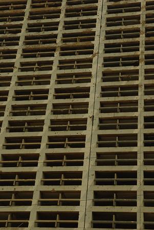 Ostrzelany budynek mieszkalny - zbliżenie