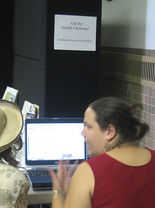 Jen demonstrates MedlinePlus to one of the seniors.