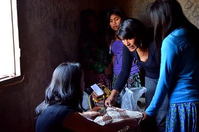 Mujeres tejido. Pág 8 Libro