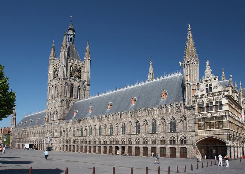 Les Halles aux Draps et le  Beffroi.<br /> <br /> La construction des Halles fut entamée vers 1260. Durant la guerre 14-18 le bâtiment fut presque complètement détruit.