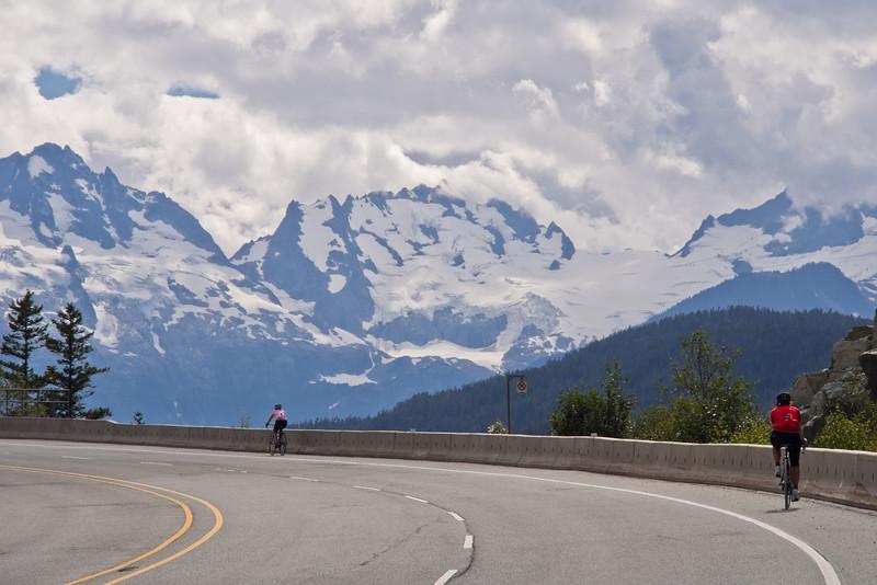 Cyclistes sur le  Sea-to-Sky highway