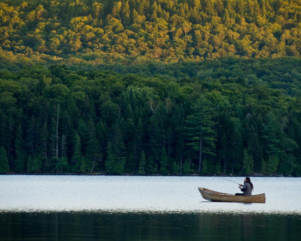 Pêcheur sur le lac à la Pêche