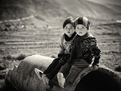 C17:Siblings waiting at the side of the road to Lobesa Monastery,in Lobesa ,Bhutan