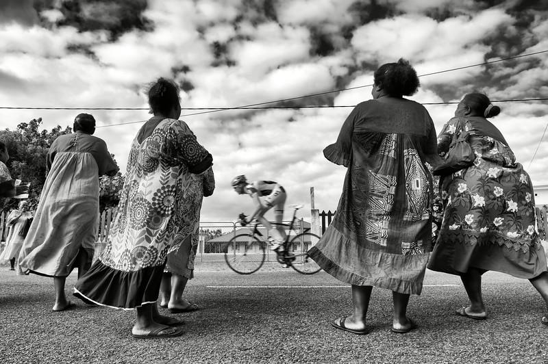 Spectatrices encourageant un coureur du Tour de Nouvelle-Calédonie. Lifou/Iles Loyauté/Nouvelle-Calédonie