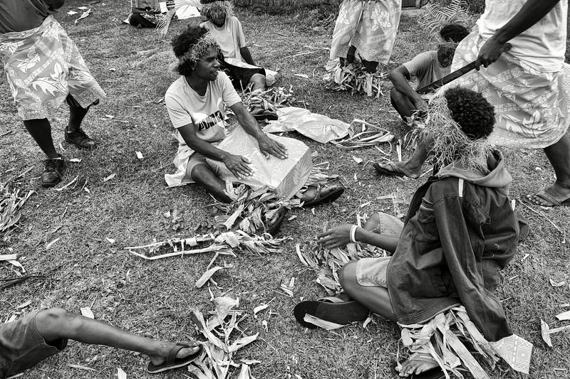Groupe de danseurs répétant pour une cérémonie de mariage à We. Lifou/Iles Loyauté/Nouvelle-Calédonie