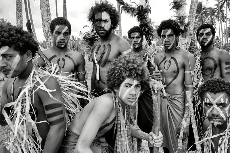 """Danseurs de la tribu de Kejeny se mettant en condition pour réaliser un """"bua"""" (danse de guerre). Lifou/Iles Loyauté/Nouvelle-Calédonie"""