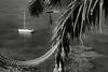 Voilier au mouillage au pied des falaises de Jokin. Lifou/Iles Loyauté/Nouvelle-Calédonie