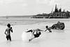 Enfants jouant à la balle dans les eaux de la baie des Tortues à Mu. Lifou/Iles Loyauté/Nouvelle-Calédonie