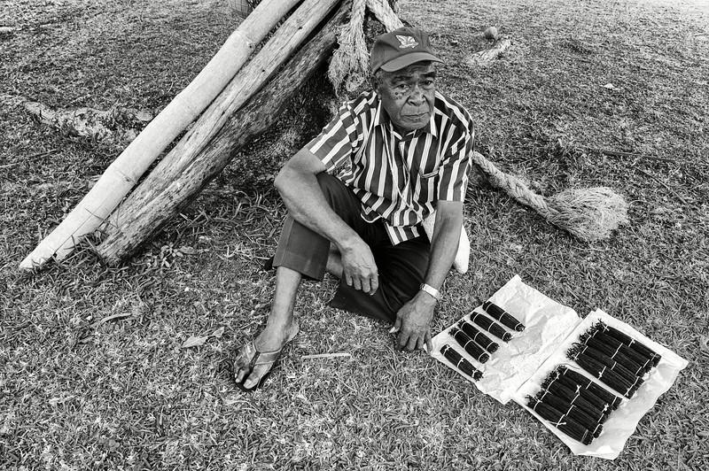 Le planteur Bily Hnasson venu vendre une partie de sa production à l'occasion de la fête de la Vanille. Lifou/Iles Loyauté/Nouvelle-Calédonie
