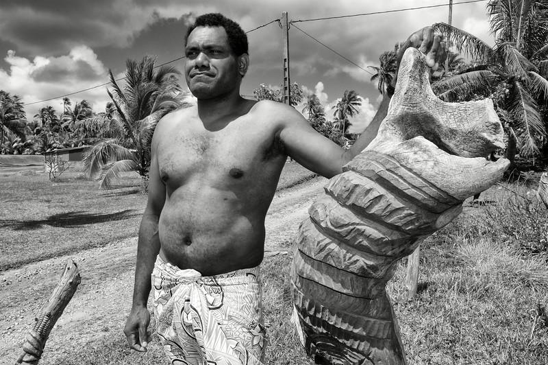 Le sculpteur Jacques Ozika à l'entrée de sa maison dans la tribu de Traput. Lifou/Iles Loyauté/Nouvelle-Calédonie