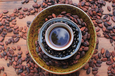 Blue blue heavens in cup of Chu Puerh throw the tree & cloud, surrounded by beans of cacao and mucuna pruriens