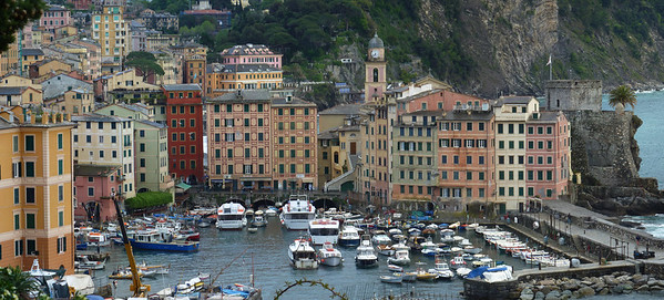 Camogli, a village in the Italian Riviera; panorama made with Autopano Giga stitching together 76 shots.  Camogli; panorama realizzato con Autopano Giga unendo insieme 76 immagini singole.