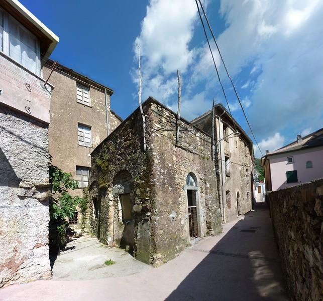 Statale, ancient stone house; photo stitched from 54 shots with Autopano Giga<br /> <br /> Statale, antica casa di pietra; immagine ricavata unendo insieme 54 scatti singoli.