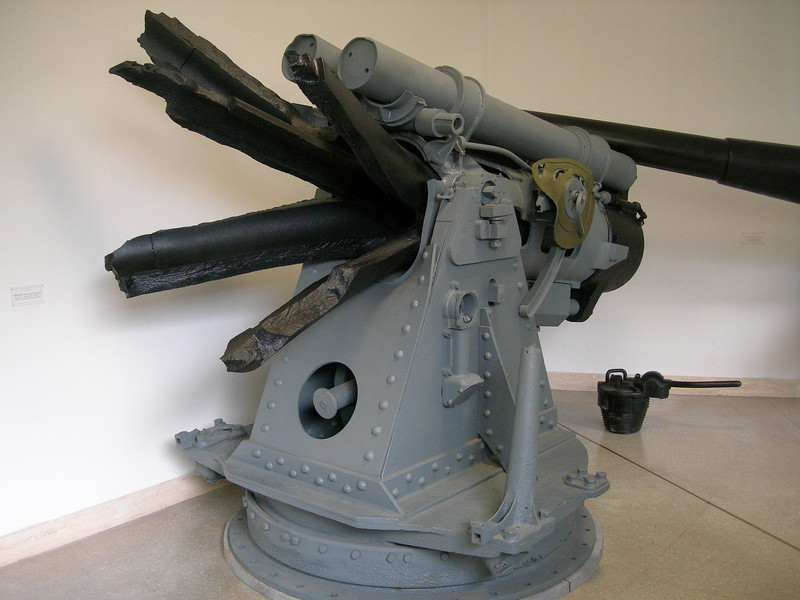 Un cannone dilaniato da un'esplosione.