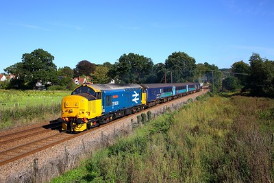 37409 tnt 37423 on the 2P17 1117 Great Yarmouth to Norwich at Brundall Gardens on the 24th September 2018