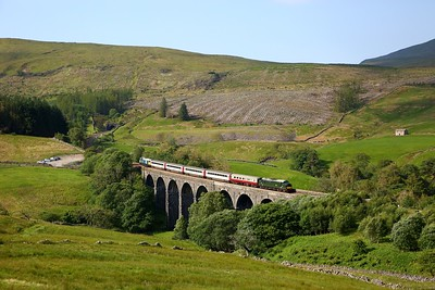 37521 leads 47593 working 1Z40 0835 Skipton to Appleby at Dent Head viaduct on 31 July 2020  Class37, LSL, SandC
