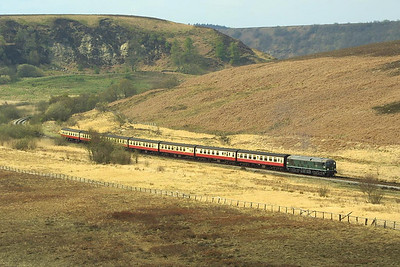D5061 passes Fen Bog on 24/04/2004 whilst in charge of the 1020 Pickering-Grosmont.