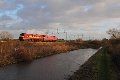 90035+90018 on the 0A06 Crewe to Wembley at Ansty on the 10th November 2014
