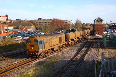 20303+20305 on the 3S14 Grimsby to Pasture Street to Bridlington passing the disused Garden Street signal box as it arrives into Grimsby Town on 30 Nov 2018