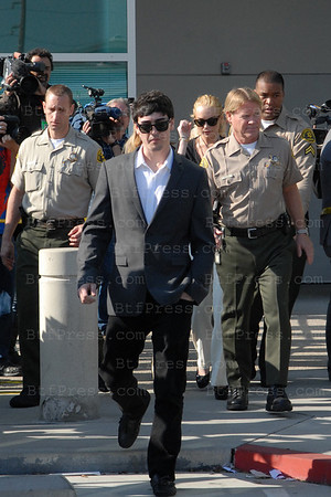 Linsday Lohan is back at the Los Angeles courthouse for a hearing that coud determine whether charges of felony grand theft in the case of a stolen necklace can be resolved before trial. Her parents sat in the courtroom on February 23,2011 in Los Angeles,California.