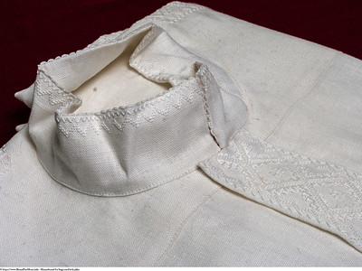 Mannsbunad fra Sogn med kvit jakke og linskjorte med fransk broderi også omtalt som kvitsaum. Skjortene er håndbrodert.
