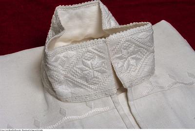 Mannsbunad fra Sogn med kvit jakke og linskjorte brodert med såkalt kvitsaum eller fransk broderi