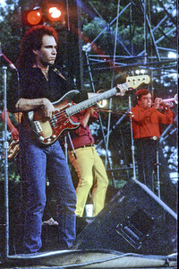 I think that is Geno Boccia on bass.