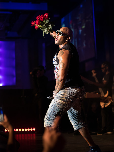 Flo Rida handing out roses to the ladies