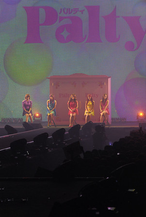 KARA also performed the theme song of URAKARA 'Ima Okuritai, Arigatou' they were sitting on chairs due to Nicole's ankle injury while Park Gyuri was lip sync her parts due to her recent vocal fold nodule removal surgery.