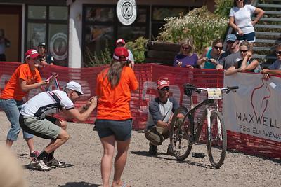 Lance's bike draws a crowd