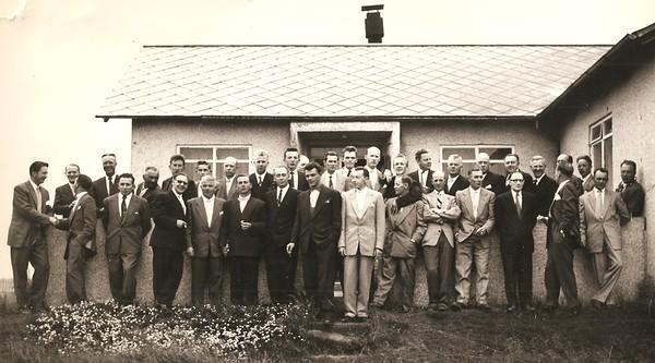 Fyrir utan golfskálann í Öskjuhlíð, líklega 1956.