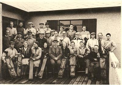 Keppendur í Bændaglímu klúbbsins 18. október 1941. Bændur voru þeir Magnús Kjaran og Ólafur Gíslason og sigraði lið Magnúsar. Fremsta röð frá vinstri: Ólafur Gíslason, Anna Kristjánsdóttir, Jóhanna Pétursdóttir, Ragnheiður Guðmundsdóttir, Gunnlaugur Einarsson, Herdís Guðmundsdóttir, Ólafía Sigurbjörnsdóttir, Unnur Magnúsdóttir og Magnús Kjaran.  Miðröð frá vinstri: ÓÞEKKTUR, Gunnar Kvaran, Magnús Björnsson, Bárður Guðmundsson, Brynjólfur Magnússon, ÓÞEKKTUR, Hallgrímur Fr. Hallgrímsson, Helgi H. Eiríksson, Benedikt Bjarklind, Sigmundur Halldórsson (faðir Halldórs Sigmundssonar), Jakob Hafstein og ÓÞEKKTUR.  Aftasta röð til vinstri: Þorvaldur Ásgeirsson, Hans Hjartarson, Karl Jónsson, Halldór Hansen, Kristján Skagfjörð, Halldór Magnússon, Jóhannes Helgason, Gísli Ólafsson.